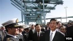 Wapres Tiongkok Xi Jinping (kanan) mengunjungi terminal bagi perusahaan China Shipping di San Pedro, California (16/2).
