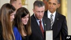 15일 바락 오바마 미국 대통령(오른쪽 끝)에게 '대통령 시민 메달'상을 수여받은 샌디훅 교사 가족.