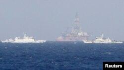 Tàu của lực lượng tuần duyên Trung Quốc bảo vệ giàn khoan 981 hồi năm ngoái.
