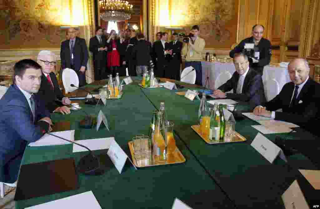 وزير امورخارجه فرانسه لوران فابيو (راست) با همتايان خود، از روسيه سرگئی لاوروف (دوم از راست)، از آلمان فرانک-والتر اشتاينماير (دوم از چپ) و از اوکراين پاولو کليمکين (چپ)، در وزارت امور خارجه فرانسه در پاريس - ۵ اسفندماه ۱۳۹۳ (۲۴ فوريه ۲۰۱۵)