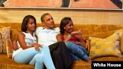 Tổng thống Barack Obama và 2 con, Malia (trái) và Sasha xem truyền hình trong khi Đệ nhất Phu nhân Michelle Obama đọc diễn văn tại Đại hội Toàn quốc Đảng Dân Chủ, 4/9/12