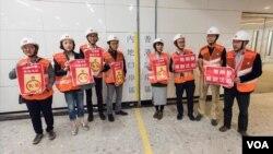 香港民主派立法會議員參觀西九龍高鐵站時高舉抗議標語。(香港立法會圖片)
