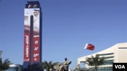 Sebuah kendaraan tempur militer Bahrain melewati papan iklan Formula Satu di Manama. GP Bahrain dibatalkan akibat situasi politik di negara ini Tapi, FIA memberi kesempatan hingga 1 Mei bagi Bahrain untuk memutuskan penjadwalan ulang.