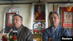 Hai Đặc sứ của đức Đạt Lai Lạt Ma Lodi Gyari (trái) và Kelsang Gyattwen nói chuyện tại một cuộc họp báo ở Dharamsala, Ấn Độ