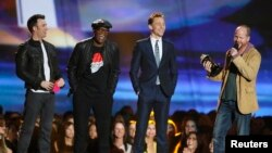 "Sutradara Joss Whedon (kanan) menerima penghargaan film tahun ini untuk ""The Avengers"" bersama pemain dalam film tersebut Chris Evans (kiri), Samuel L. Jackson (tengah) dan Tom Hiddleston pada MTV Movie Awards 2013. (Reuters/Danny Moloshok)"