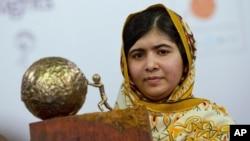 Remaja Pakistan Malala Yousafzai, yang ditembak dan dilukai oleh Taliban karena mendukung pendidikan anak perempuan, berpose untuk fotografer setelah dianugerahi International Children's Peace Prize 2013, 6 September 2013. (Foto: AP)