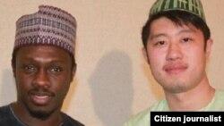 Audu Bako Li na rediyo China wanda Aliyu Mustapha yayi hira da shi, a wani hoton su tare da dan wasan fina-finai Ali Nuhu.