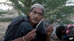 کراچی: ایک نوجوان نذیر جان منشیات استعمال کرتے ہوئے۔ (فائل)