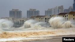 Topan Dujuan saat menghantam kawasan pantai di Quanzhou, Fujian, China minggu lalu (29/9). China selatan kembali dihantam topan kuat Mujigae (4/10).