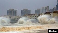 福建泉州在颱風襲擊期間激起巨浪