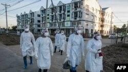 ရန္ကုန္္ၿမိဳ႕ Quarantine Center တခုအျပင္ဘက္တြင္ေတြ႔ရသည့္ PPE ဝတ္စံုဝတ္ ပရဟိတလုပ္သားမ်ား။ (ေအာက္တိုဘာ ၁၂၊ ၂၀၂၀)