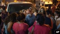 지난 20일 멕시코 국영기업인 페트로레오스 멕시카노스 석유화학공장 폭발 사고로 사망한 노동자들의 유가족들이 부상자들이 이송된 병원 앞에 모여서 기도하고 있다.