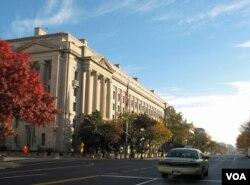 一辆出租车在华盛顿美国司法部总部大楼附近的街道行驶。(资料照)