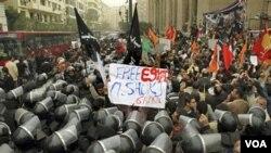 Polisi anti huru-hara Mesir menjaga ketat aksi unjuk rasa di depan gedung Mahkamah Agung di Kairo, Minggu 12 Desember 2010.