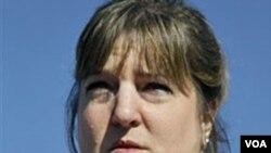 Nina Crossland, sobrina de Phyllis Macay, mostrando una foto de la estadounidense asesinada.