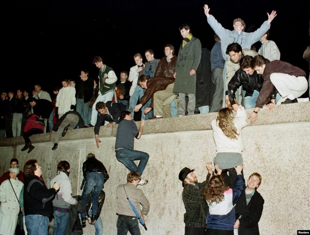 Destruction Of The Berlin Wall x