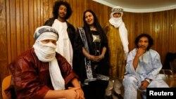 """馬里的庫耶塔沙漠藍調樂隊1月26日在英國倫敦演出題為""""撒哈拉之魂""""的兩場音樂會前合照"""