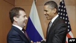 Президент США Барак Обама (справа) и президент РФ Дмитрий Медведев (архивное фото)