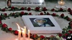 Un portrait de Mère Teresa lors d'une prière à Kolkata (anciennement Calcutta), Inde, le 5 septembre 2015.