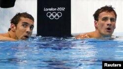 Perenang Amerika Michael Phelps (kiri) dan Ryan Lochte mengamati papan penilaian sesaat setelah menyelesaikan pertandingan 200 meter medley perorangan Olimpiade London 2012 di Aquatics Centre (1/8).