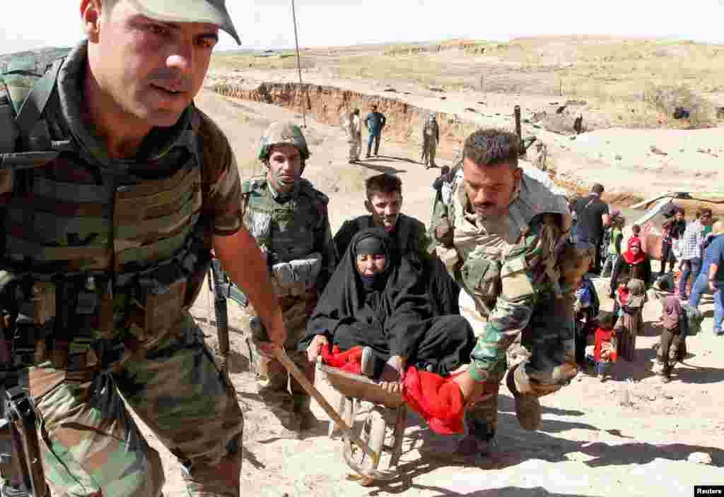 이라크 쿠르드족 민병조직 페쉬메르가 대원들이 지난 4일(현지시간) 키르쿠크 남서쪽 난민촌 거주자들을 이송하고 있다. 난민들은 최근 이슬람 수니파 극단주의 무장조직 IS로부터 탈환한 하위자 출신들이다.