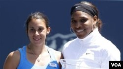Serena Williams (kanan) dan Marion Bartoli berfoto bersama setelah final turnamen tenis Bank of the West Classic, Minggu (31/7) di California.