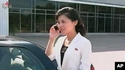 휴대전화 사용 시 주의사항을 소개하는 북한의 조선중앙TV 방송