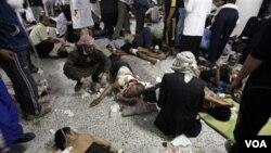 Para korban dalam aksi kekerasan terhadap demonstran anti pemerintah oleh pasukan Yaman di ibukota Sana'a (18/9).