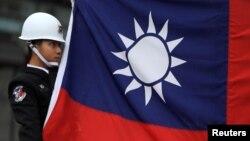 타이완 군인이 국기를 게양하고 있다. (자료사진)