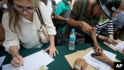 """Oposición acusó a las autoridades comiciales de aplicar una """"operación morrocoy"""" para retrasar el referendo."""