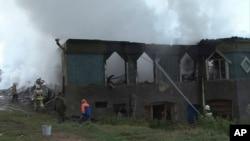 Radnici hitnih službi i vatrogasci na mestu požara u psihijatrijskoj bolnici u selu Luka u Rusiji