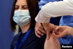 Žena dobija vakcinu protiv koronavirusa u Prištini, Kosovo, mart 2021.