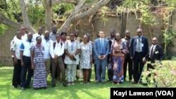 Des membres de la Global alumni association of Togo (GAAT), à Lomé, Togo, le 14 novembre 2016. (VOA/Kayi Lawson)