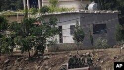 站在军车中的叙利亚士兵