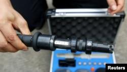 """中国警察在广州展示名为""""网枪""""的最新武器"""