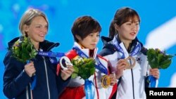 Gold medalist China's Li Jianrou (C), silver medalist Italy's Arianna Fontana (L) and bronze medalist South Korea's Park Seung-hi celebrate during the medal ceremony for the women's 500 meters short track speed skating event at the 2014 Sochi Winter Olymp