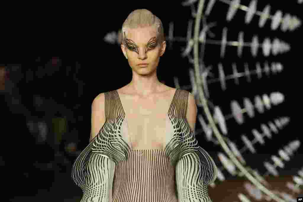 هفته مد پائیز و زمستان ۲۰۱۹-۲۰۲۰ در پاریس- این مدل لباسی از طراح هلندی به نام «ایریس فان هِرپن» به تن کرده است. خانم فان هِرپن از سال ۲۰۰۷ کار طراحی را شروع کرد و تاکنون در شهرهایی چون پاریس، توکیو و نیویورک نمایش داشته است.