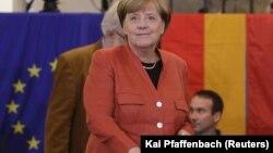 Bà Merkel đi bỏ phiếu ở Berlin hôm 24/9.
