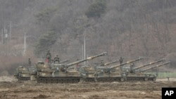 Южнокорейские самоходные гаубицы во время учений, недалеко от границы с Северной Кореей. 7 марта 2016.