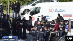 فرانس کے قصبے تربس میں سپرمارکیٹ کے پاس پولیس اہل کار موجود ہیں جہاں ایک شخص نے تین افراد کو ہلاک کر دیا تھا۔23 مارچ 2018