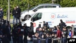 La police devant le supermarché après la fusillade et la prise d'otages dans la ville de Trèbes, dans le sud de la France, le 23 mars 2018.