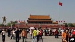 中国标志性建筑天安门和广场上的人潮