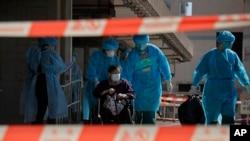 Cư dân ở một viện dưỡng lão ở Hong Kong đang được di tản khi dịch Covid-19 bùng phát trở lại ở vùng lãnh thổ này
