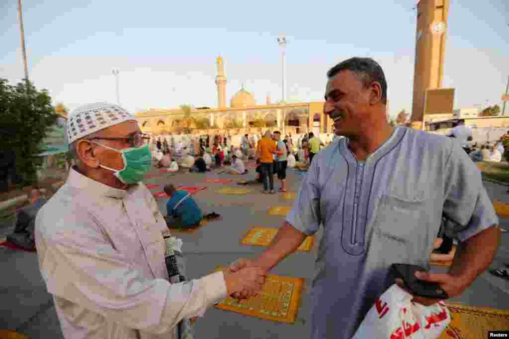 عراق کے دارالحکومت بغداد میں واقع ابوحنیفہ مسجد میں نمازِ عید کی ادائیگی کے بعد لوگوں نے ایک دوسرے کو عید کی مبارکباد دی۔ احتیاطی تدابیر کے طور پر باقاعدہ ایس او پیز ترتیب دیے گئے تھے، جن پر پابندی لازمی تھی لیکن کچھ افراد نے اس کے باوجود ماسک نہیں پہنا۔