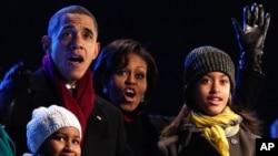 Barack Obama e a família fotografados durante a cerimónia de iluminação da árvore de Natal da Casa Branca