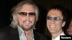 Robin Gibb, a la derecha y su hermano Barry Gibb, recibiendo un homenaje de BMI en Beverly Hills, 2007.