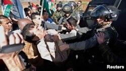 درگیری زیاد ابوعین وزیر فلسطینی با سربازان اسرائیلی در نزدیکی رام الله در کرانه باختری - ۱۹ آذر ۱۳۹۳