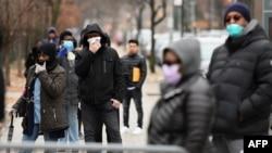 2020年3月20日紐約布魯克林中心醫院外人們排隊等候進行冠狀病毒檢查