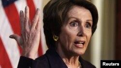 Dân biểu Nancy Pelosi, lãnh đạo khối thiểu số Hạ viện Mỹ nói chuyện với các nhà báo