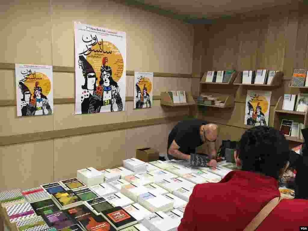 در نمایشگاه کتاب تهران بدون سانسور در پاریس ۱۸ نویسنده حضور داشتند.